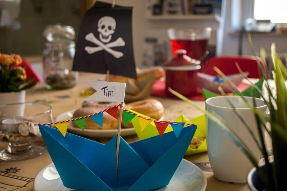 Piratengeburtstag-Deko basteln: Papierschiff
