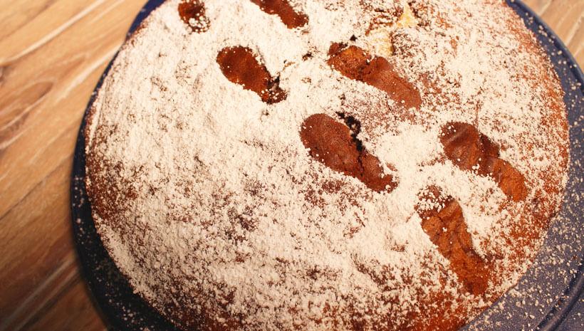 Detektiv-Kindergeburtstag-Kuchen-Fussspuren-Puderzucker