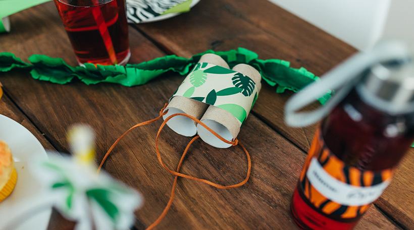 Dschungel-Kindergeburtstag-Dekoideen-Geburtstagstisch-Fernglass