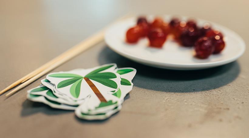 Dschungel-Kindergeburtstag-Snack-Trauben-Spieße-Palme-Dekoration-gesund