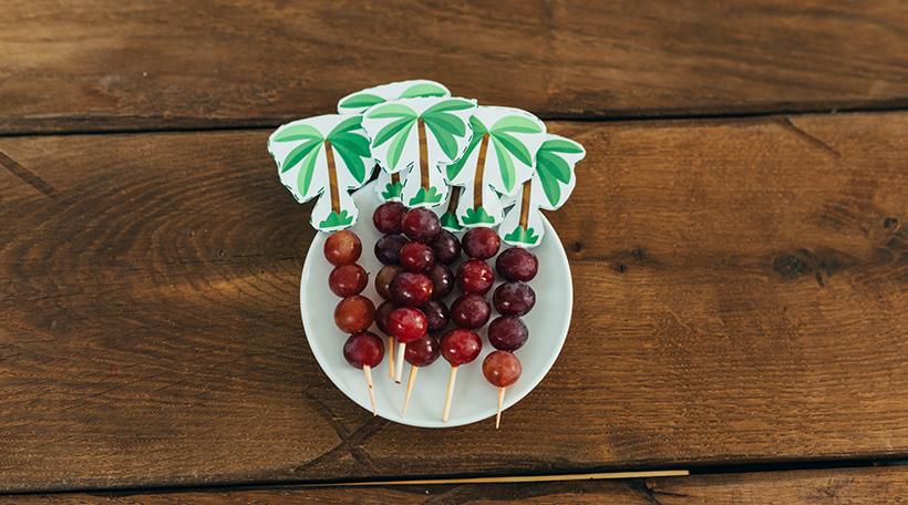 Dschungel-Kindergeburtstag-Snack-Trauben-Spieße-Palme