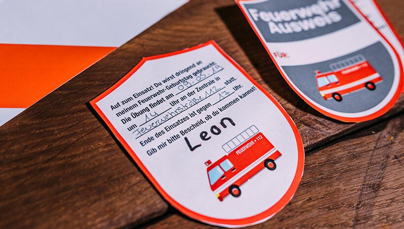 Feuerwehr-Kindergeburtstag-Einladung-Feuerwehrabzeichen-basteln