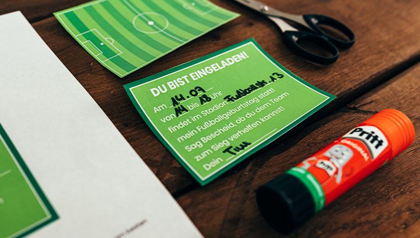 Fußball-Kindergeburtstag-Fußballfeld-Bastelvorlage-Geburtstag-Fussballfeld-Ideen-Einladung-Geburtstagseinladung