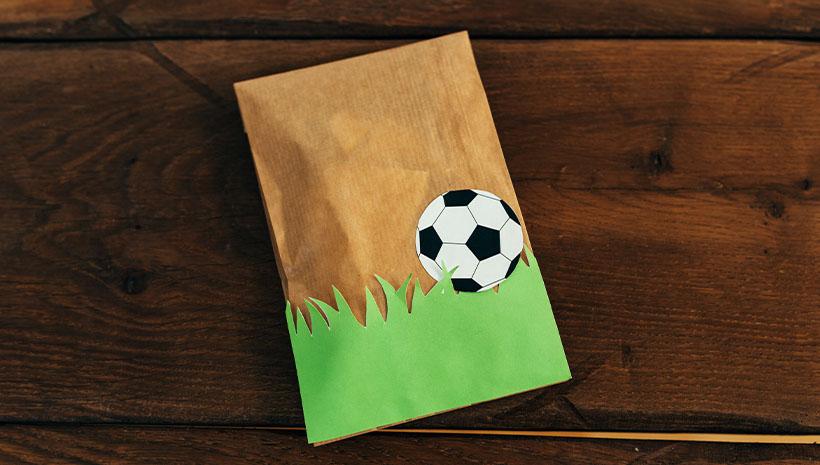 Fussball-Kindergeburtstag-Dankeetiketten-Rasen-Bastelvorlage-Geburtstag-Fussball