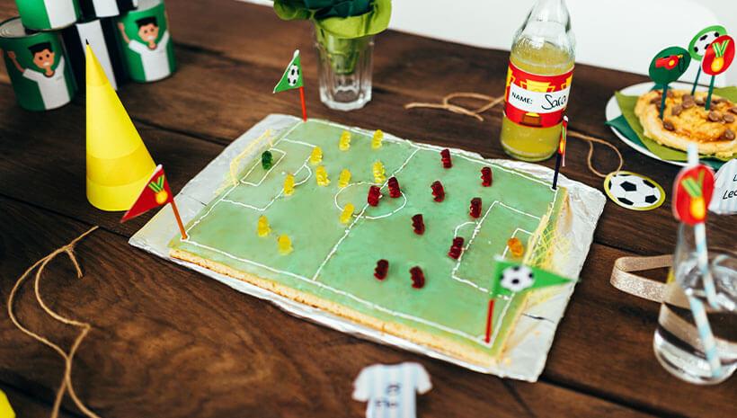 Fussball-Kindergeburtstag-Kuchen-Gummibaerchen-Bastelvorlage-Geburtstag-Tisch