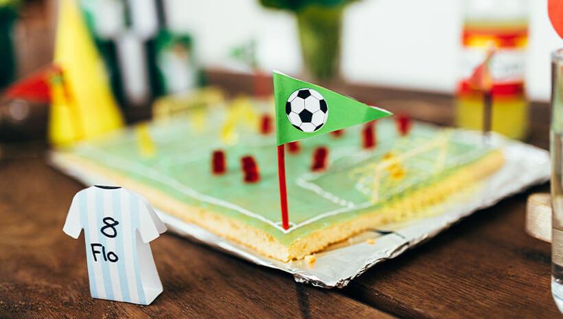 Fussball-Kindergeburtstag-Kuchen-Gummibaerchen-Bastelvorlage-Geburtstag-Tisch2