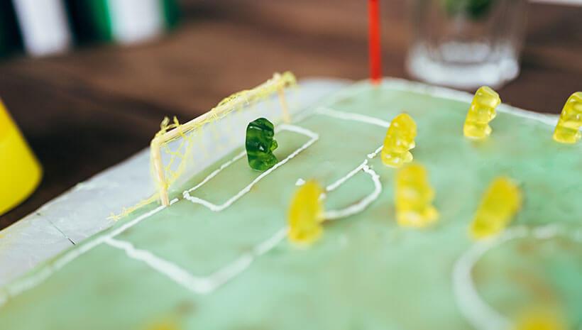 Fussball-Kindergeburtstag-Kuchen-Gummibaerchen-Bastelvorlage-Geburtstag-Tisch3
