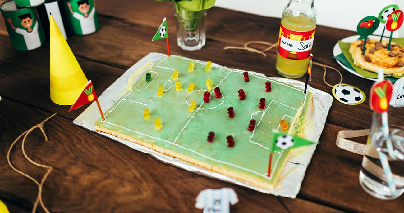 Fussball-Kindergeburtstag-Mottogeburtstag-Tisch-Dekoration-fussballkuchen-Bastelvorlage- gummibaerchen-Backidee-Geburtstagsidee