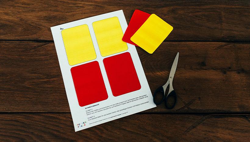 Fussball-Kindergeburtstag-Schiedsrichterkarten-Bastelvorlage-Geburtstag-Karten