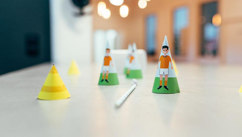 Fussball-Kindergeburtstag-Spiel-Bastelvorlage-Geburtstag-Spieler-Parcour-Fußballspiel-Pustespiel