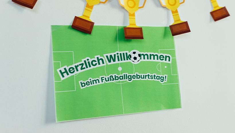Fussball-Kindergeburtstag-Willkommensschild-Bastelvorlage-Geburtstag-Willkommen