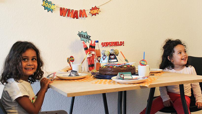 Superhelden-Kindergeburtstag-Geburtstagstisch-Kinder