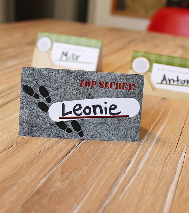 Detektiv Kindergeburtstag aufgestellte Namensschilder